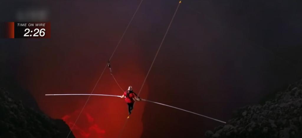 Ник Уаленда преминава по въже над вулкана Масая в Никарагуа - Дани Пенев